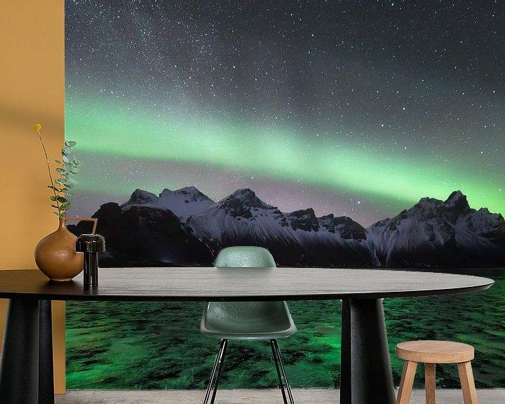 Beispiel fototapete: Nordlicht mit der Milchstraße im Hintergrund in Vesterahorn (Stokknes), Island von Michiel Dros