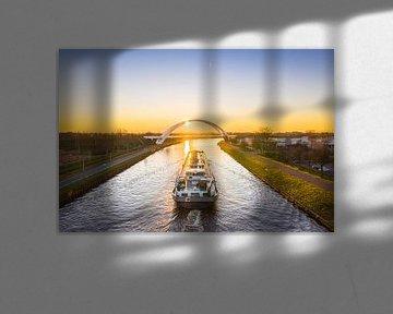 De zonsondergang tegemoet (binnenvaartschip) van Droninger