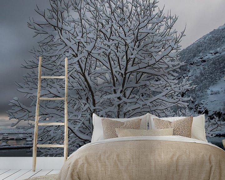Beispiel fototapete: Schneebedeckter Baum von Merijn Loch