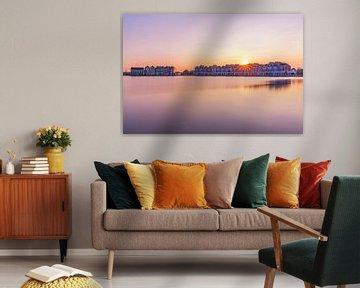 De zon welke zakt boven de huisjes van Houten van Paul Weekers Fotografie