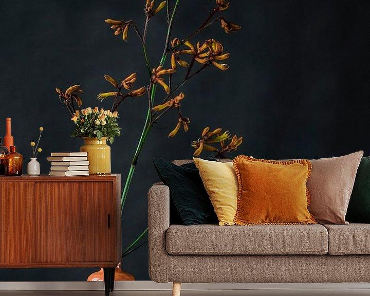 Sfeerimpressie behang: Foto print van oranje bloem in vaas tegen donkere achtergrond van Jenneke Boeijink