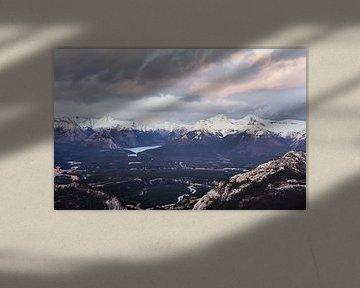 Het Minnewanka-meer van Sulpher Mountain van Graham Forrester