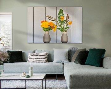 Ausschmücken des Gartens mit Ringelblumen in Vasen und einem weißen Brokatschrank von J..M de Jong-Jansen