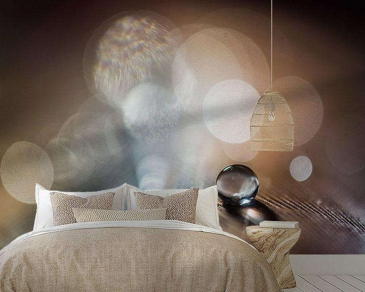 Sfeerimpressie behang: Waterdruppel op een veertje met bokeh achtergrond van Bert Nijholt