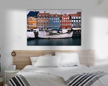 Segelboot mit farbigen dänischen Häusern im Hintergrund in Nyhavn, Kopenhagen (Dänemark),