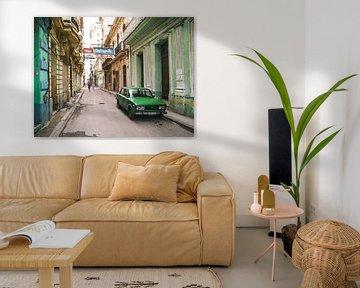 Authentische Straße in Havanna in Kuba mit grünem Oldtimer-Auto geparkt von Michiel Dros