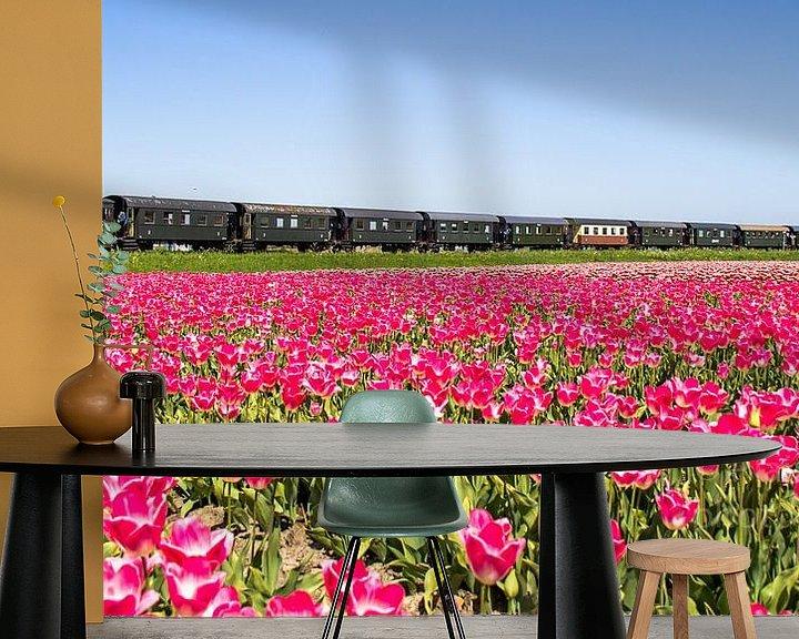 Sfeerimpressie behang: De stoomtram van Hoorn naar Medemblik rijdt langs een tulpenveld van Dennis Dieleman