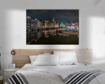 avond op de Damrak , Amsterdam van Aldo Sanso