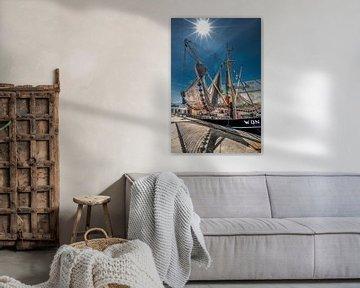Vissersboot in de haven van Makkum aan de Friese IJsselmeerkust van Harrie Muis