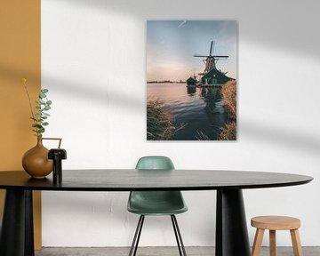 Windmühle mit Flugzeuglinie in Zaanse Schans kurz nach Sonnenuntergang