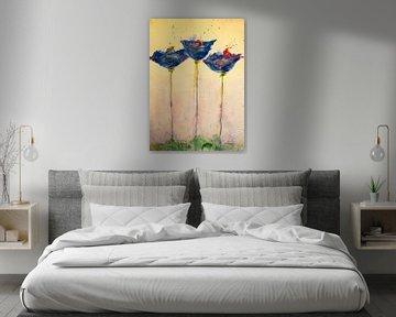 Drei blaue, langstielige Mohnblumen auf einer Wiese von Klaus Heidecker