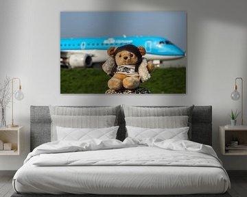 Pilotenbär mit Reiseflugzeug auf dem Flughafen Schiphol von Robin Smeets