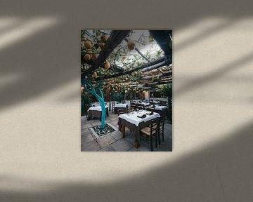 Italienisches Restaurant auf Procida unter einer Pergola mit Zitronenbäumen von Michiel Dros