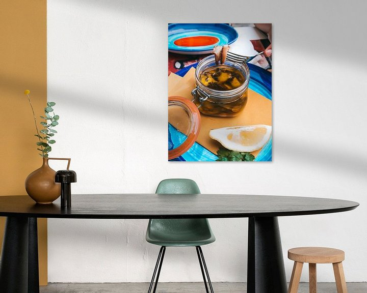 Impression: Poulpe cuit lentement sur des assiettes colorées dans une taverne italienne Amalfi, Italie sur Michiel Dros
