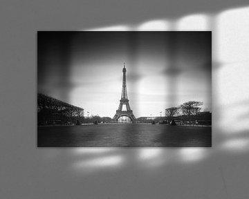 Eiffelturm Langzeitbelichtung in Schwarzweiß von Dennis van de Water