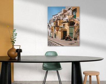 Scooter in de straten van het Italiaanse eiland Procida met de gekleurde traditionele huisjes