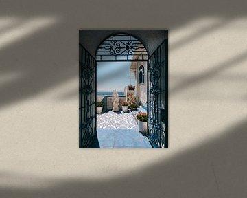 Italiaanse deur met doorkijkje naar blauw terras met bloemen en de Middelandse Zee