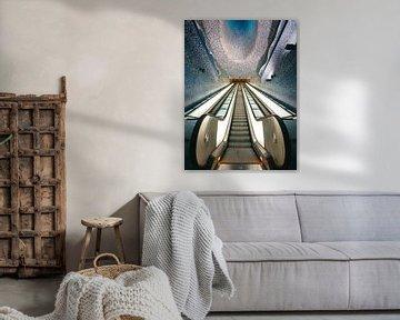 Beleuchtete U-Bahn-Station und Rolltreppe in Neapel von Michiel Dros