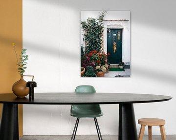 Groene deur met bloemen in Atrani