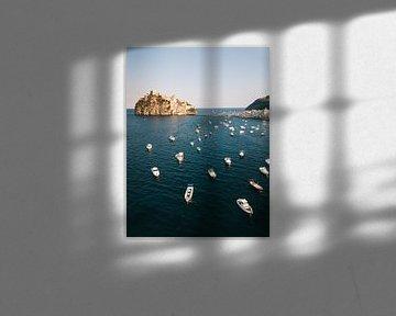 Bootjes en het kasteel van Ischia gezien vanuit de lucht