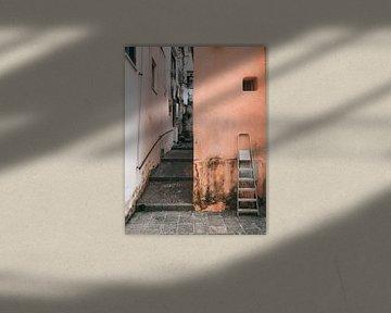 Oranje muur met ladder in Ischia Porto, Italië