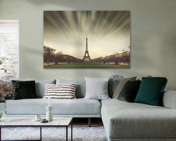 Eiffeltoren Parijs wolken van Dennis van de Water