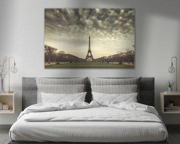 Eiffeltoren Parijs op een grauwe lentedag van Dennis van de Water