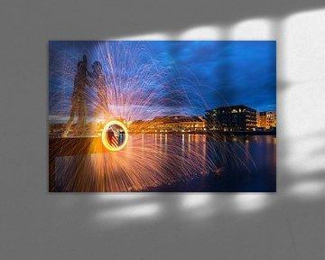 Lichteffekt im alten Berliner Osthafen vor den Molecular Men