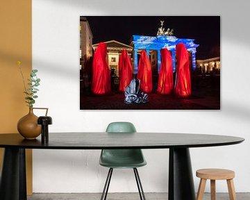 Brandenburger Tor Berlin in besonderem Licht und mit sechs Skulpturen von Frank Herrmann