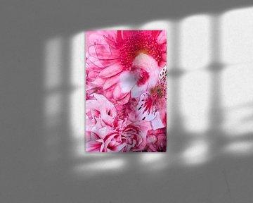 Mischtechnik mit verschiedenen Blüten in Rosa. von Therese Brals