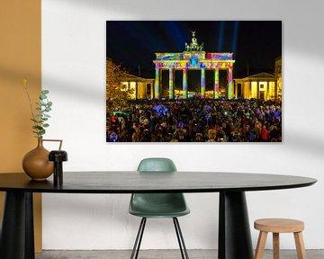 Berlin, Brandenburger Tor in besonderem Licht und überfülltem Pariser  Platz von Frank Herrmann
