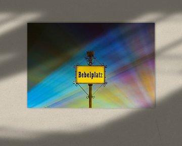 Panneau de rue à la Bebelplatz de Berlin avec des faisceaux lumineux colorés