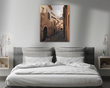 Enge Straße im historischen Zentrum des spanischen Dorfes Polenca auf Mallorca von Michiel Dros