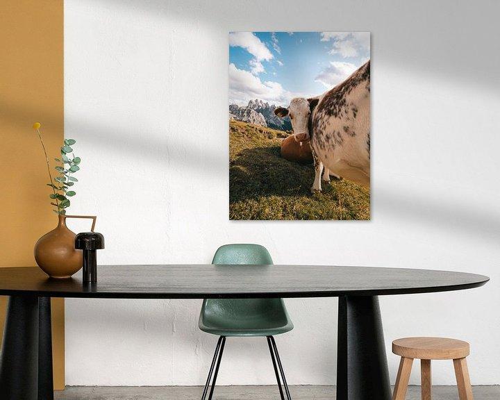 Beispiel: Kuh in den italienischen Dolomiten mit den Bergen im Hintergrund von Michiel Dros