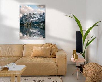 Lago di Misurina meer in dolomieten met de besneeuwde bergen in Italie