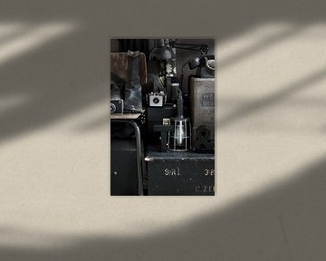 Foto eines Stillebens mit Retro-/Vintage-Material in Braun und Schwarz. von Therese Brals