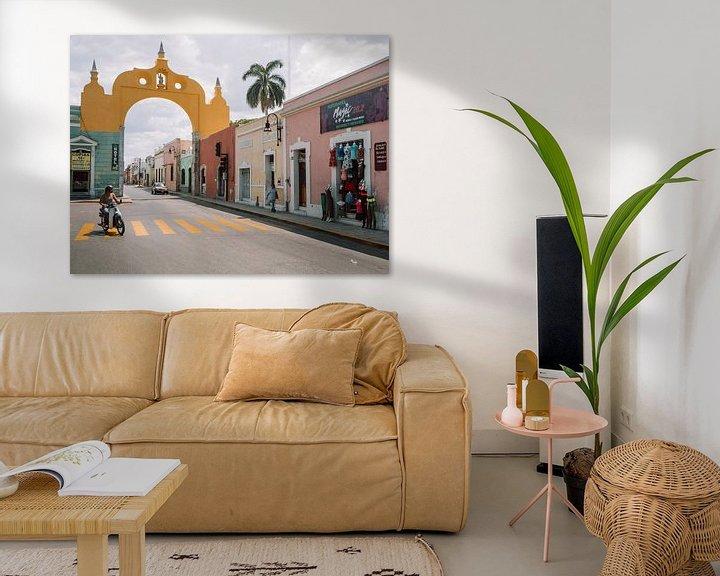 Sfeerimpressie: Mexicaanse straat met gele boog / poort boven de weg in Mérida, Yucatán. van Michiel Dros