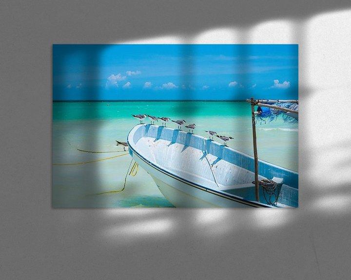 Sfeerimpressie: Meeuwen zittend op een witte boot met een blauwe lucht in Isla Holbox, Mexico van Michiel Dros