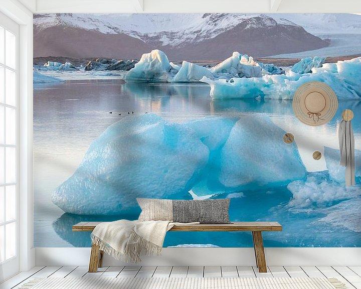 Sfeerimpressie behang: Jökulsárlón Gletsjer meer met ijsschots, Ijsland van Elles van der Veen