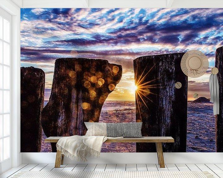 Sfeerimpressie behang: Paalhoofden bij ondergaande zon van Edwin Benschop
