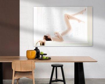 vrouwelijk naakt bij het raam in high key van Erik Jansen