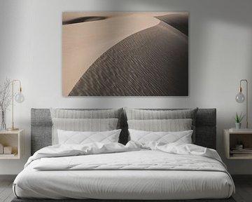 Dune de sable brun avec ombre et lumière dans le désert d'Iran