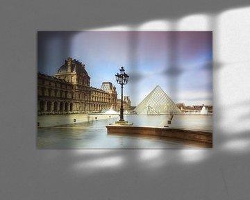 Regenachtig Louvre Parijs van Dennis van de Water