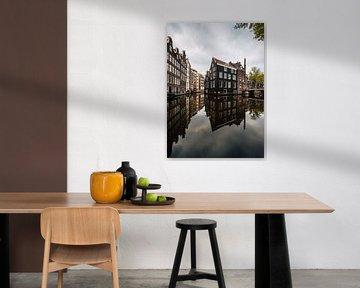 Kanal und alte Häuser in Amsterdam am Oudezijds Voorburgwal von Lorena Cirstea