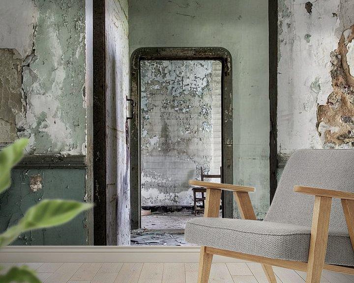Sfeerimpressie behang: Urbex deuren in een verlaten villa van Steven Dijkshoorn