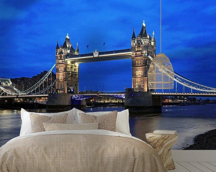 Sfeerimpressie behang: London Tower Bridge over de Theems op het blauwe uur van Frank Herrmann