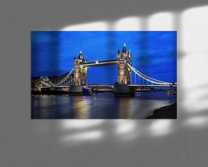 Sfeerimpressie: London Tower Bridge over de Theems op het blauwe uur van Frank Herrmann