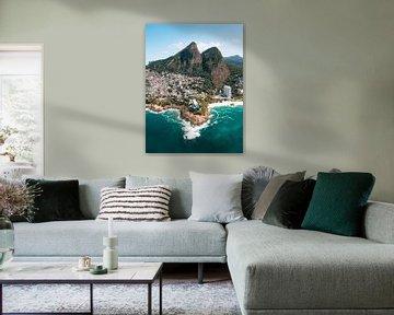 Uitzicht over de kust en stranden van Rio de Janeiro met de bergen en favelas op de achtergrond