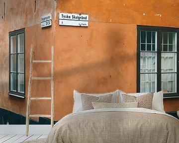 Oranje straathoek in Gamla Stan, Stockholm (Zweden) van Michiel Dros