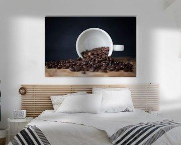des grains de café dans une tasse sur Kristof Ven